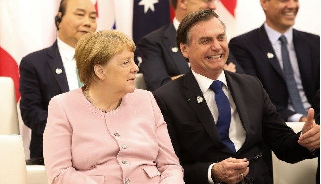 Sobre doações congeladas, Bolsonaro sugere que Merkel 'pegue grana e refloreste a Alemanha'