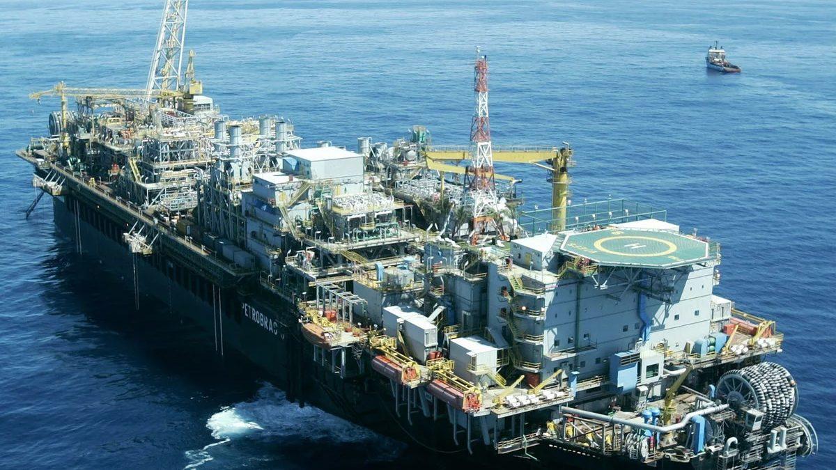 Navio plataforma tem trincas no casco e óleo vaza na Bacia de Campos