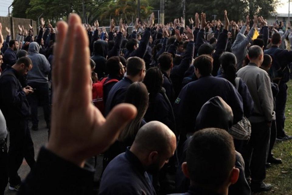 Trabalhadores da Embraer entram em greve por aumento real