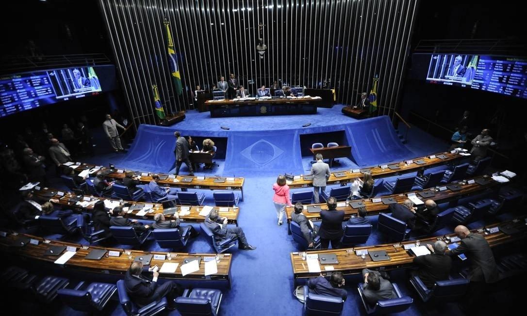 Senadores cedem a Maia e aprovam partilha de recursos do petróleo com estados e municípios