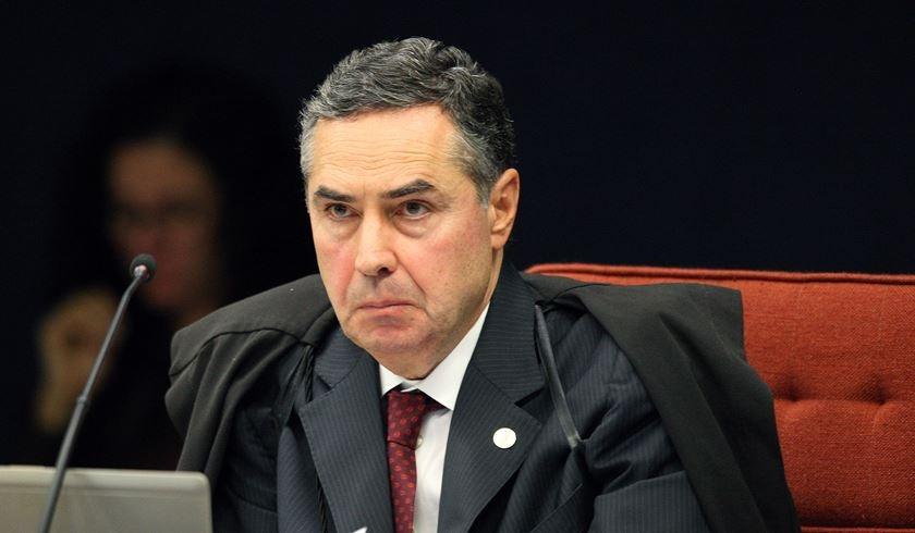 """Barroso assume o TSE, defende a democracia e critica milícias digitais: """"São terroristas virtuais"""""""