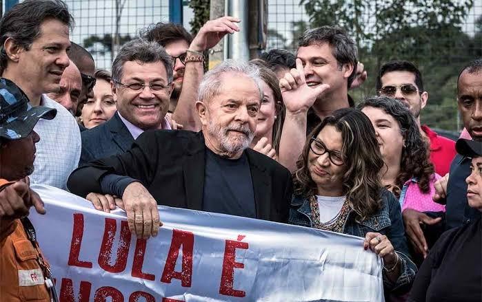 Lula deixa a prisão, ataca Moro e Bolsonaro e diz só ter amor no coração; assista a íntegra do discurso