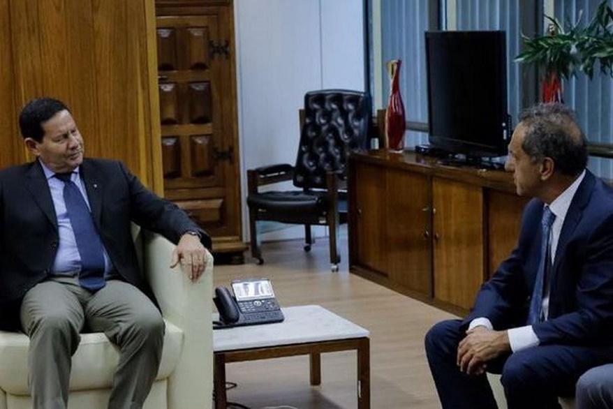 Com Bolsonaro longe do Planalto, Mourão recebe representantes diplomáticos de Cuba e da Argentina