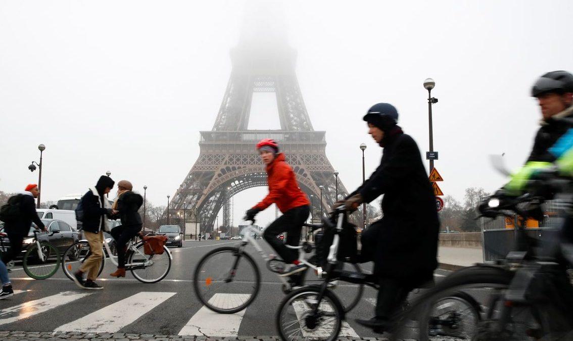 Reforma do sistema de pensões leva milhares às ruas de Paris