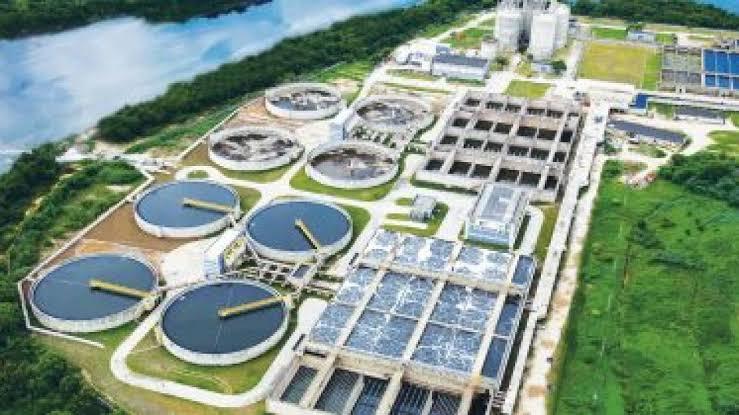 Cedae recebe equipamento para aplicar carvão ativado na água