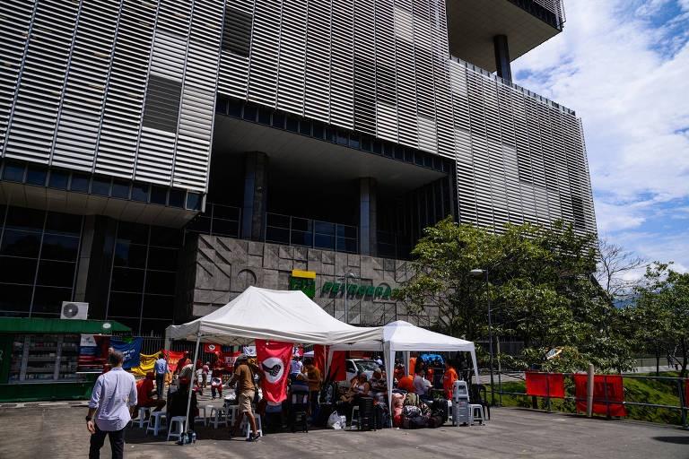 TST bloqueia contas de sindicatos e permite temporários na Petrobras