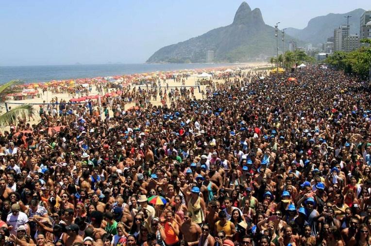 Em Fevereiro foliões saem às ruas do Rio para driblar o baixo astral em nome do politicamente incorreto