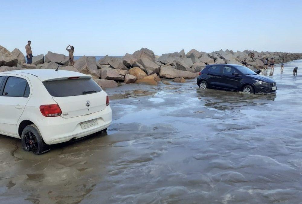 Tsunami meteorológico atinge o Litoral Sul e arrasta veículos na praia do Cassino