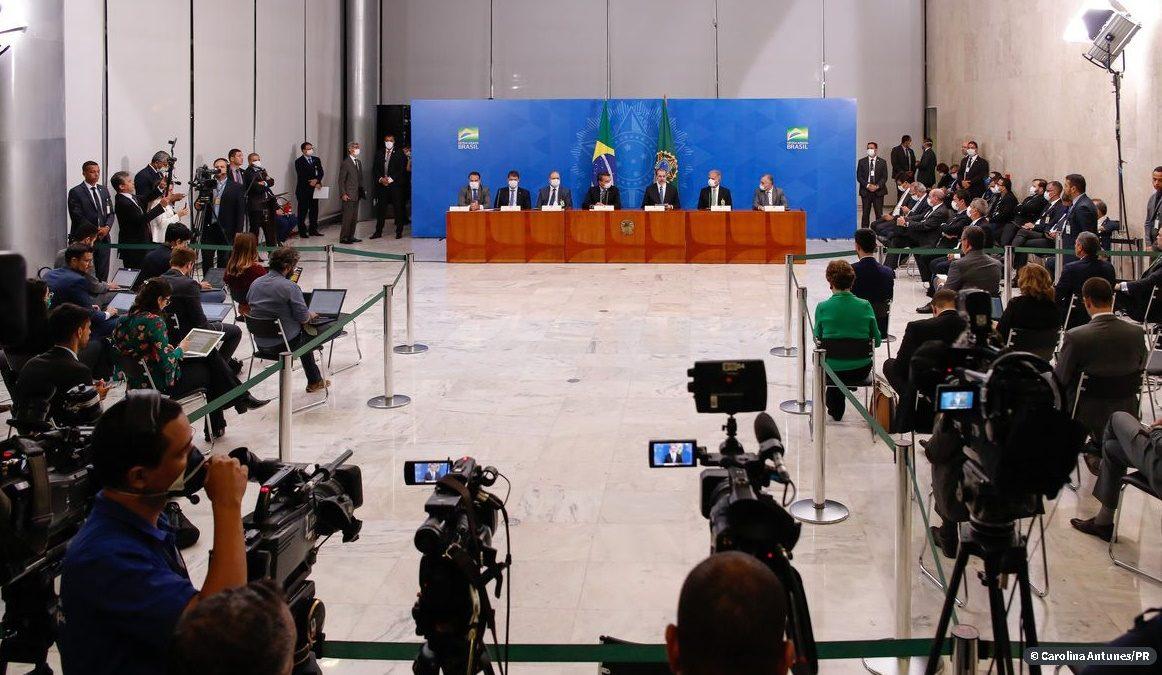 """Decreto de Bolsonaro inclui trabalho da imprensa na lista de """"serviços essenciais"""" na crise"""