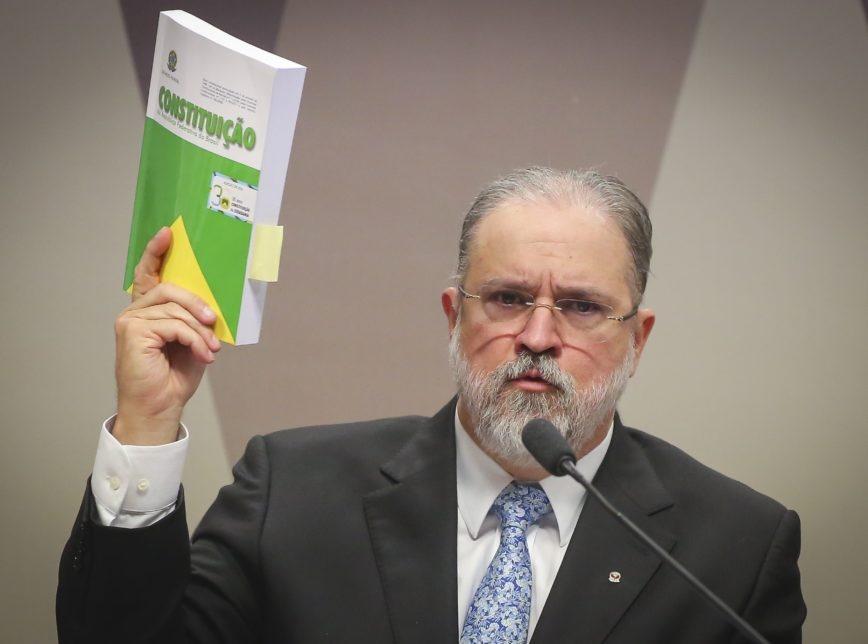 Aras pede que STF investigue participação de políticos em ato pró-AI-5