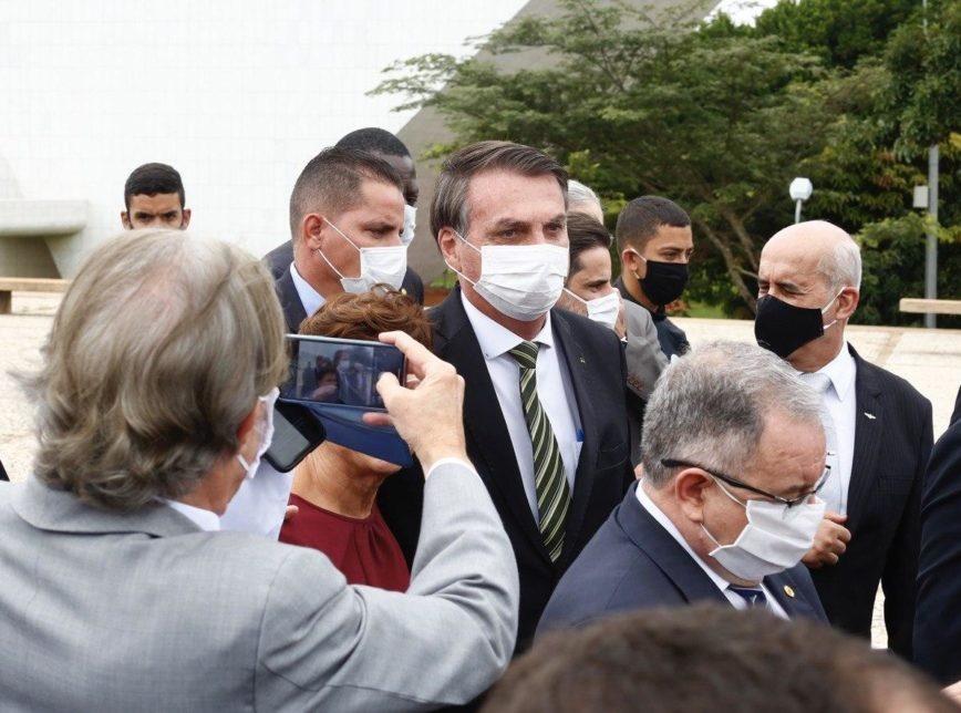 Bolsonaro visita STF a pé e provoca aglomeração; veja fotos
