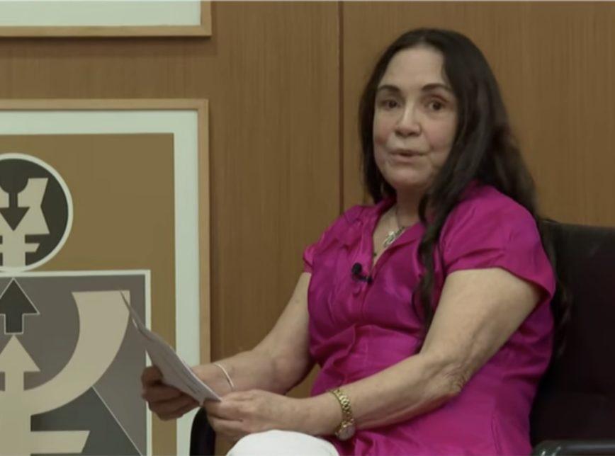Regina Duarte canta música da ditadura e relativiza tortura e mortes