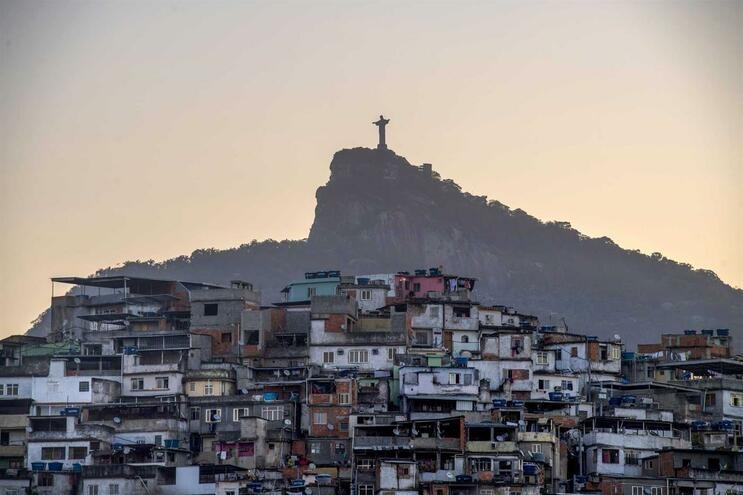 Narcotráfico em tempo de pandemia impõe toque de recolher nas favelas