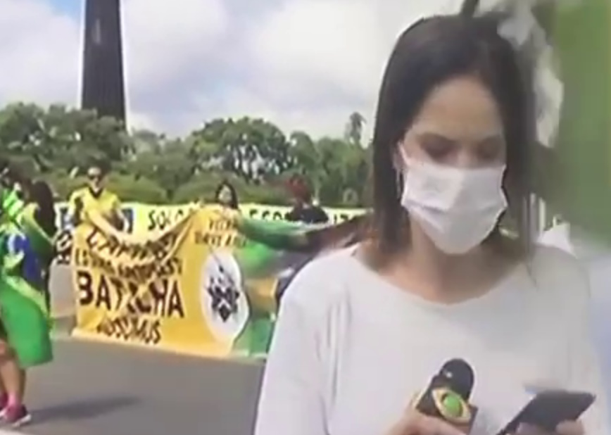 Bolsonarista dá bandeirada na cabeça de repórter da Band em Brasília