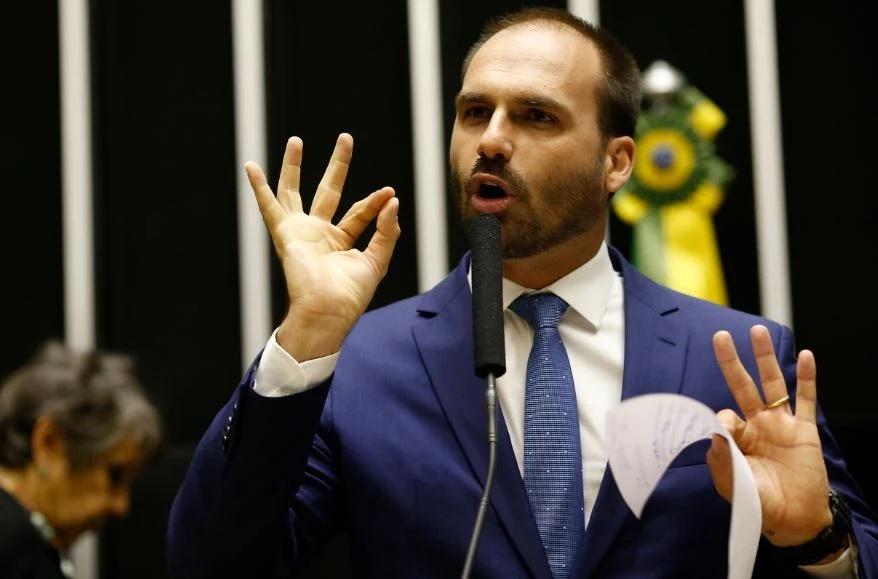 """Eduardo Bolsonaro diz que é preciso """"tomar algumas atitudes"""" e defende reação a Moraes e Celso de Mello"""