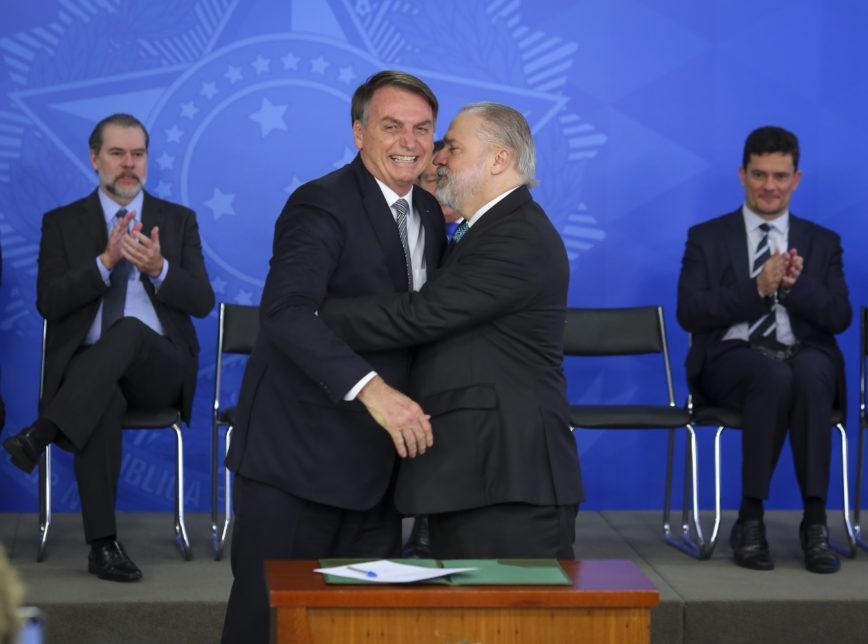 Pressionado por todos os lados, Aras lista ao STF nove apurações abertas na PGR envolvendo Bolsonaro
