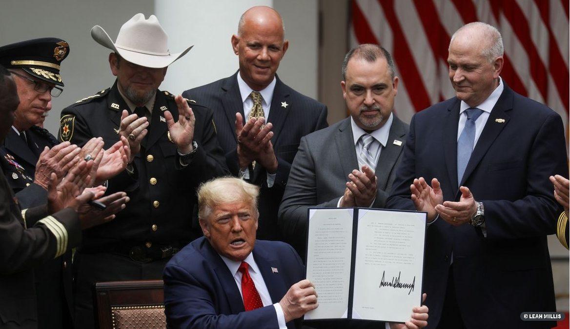 Trump assina decreto de reforma policial após protestos