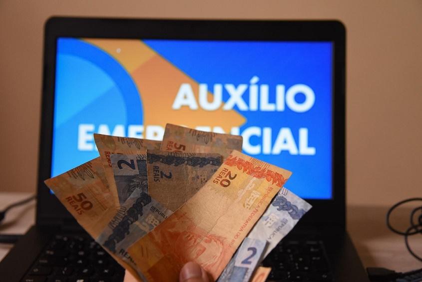 Milhões de jovens da classe média alta receberam auxílio emergencial indevidamente, aponta TCU