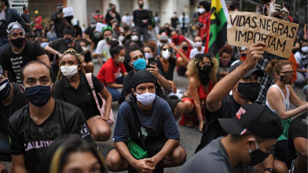 Atos pró-democracia une torcidas e movimentos sociais