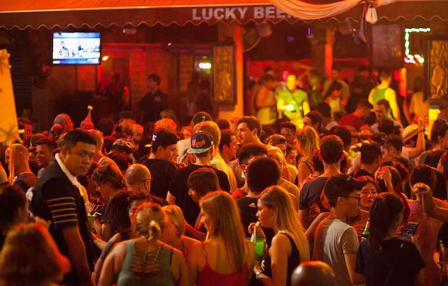 Nos EUA, pelo menos 152 pessoas foram infectadas em um único bar