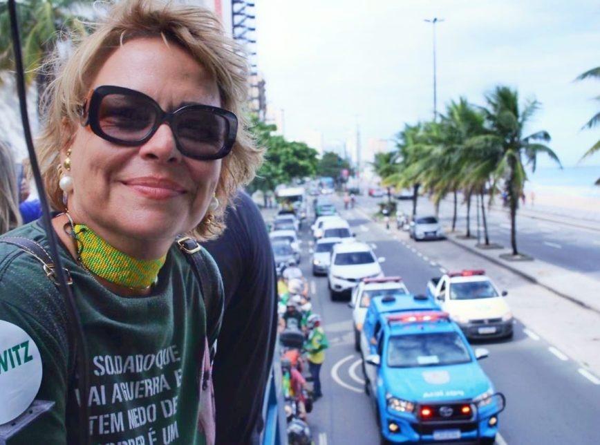 Ex-mulher adota slogan de Bolsonaro em discurso de pré-candidata