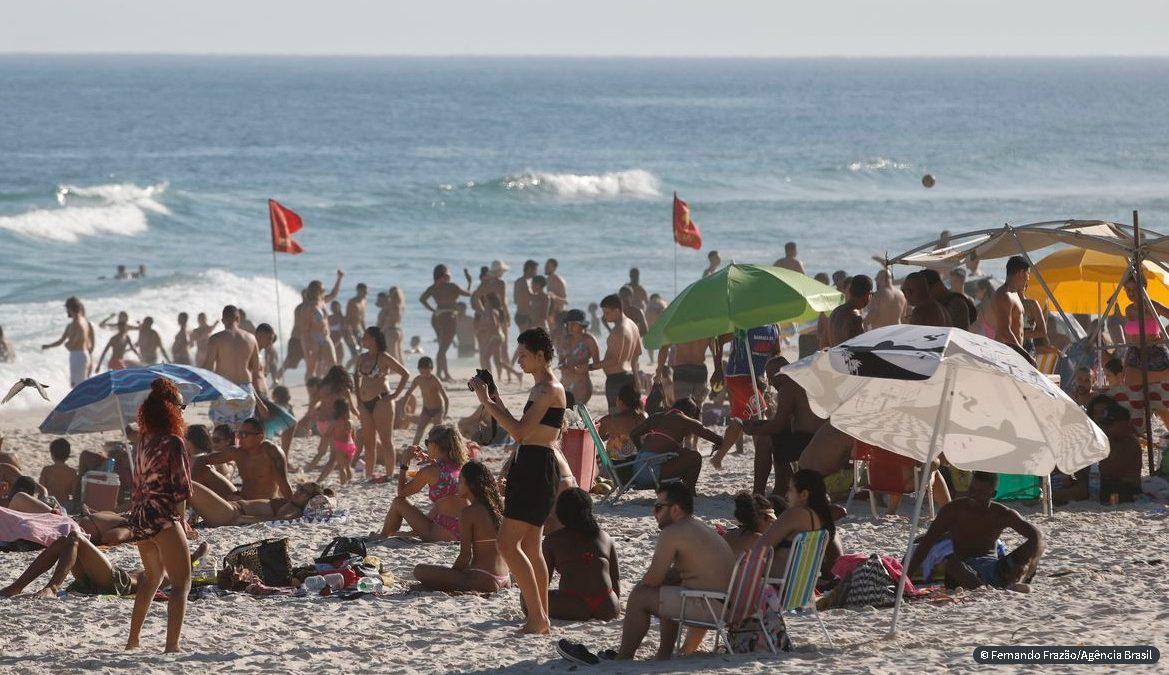 Praias no Rio de Janeiro ficam cheias com sol forte e calor