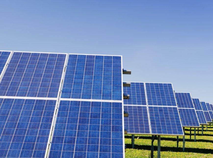 Bolsonaro ajuda China e zera imposto sobre placas de energia solar