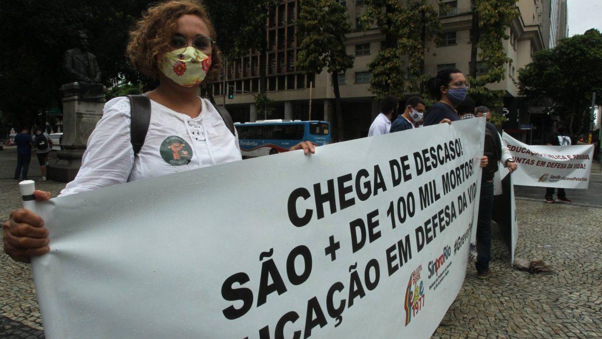Profissionais de educação fazem ato contra volta às aulas no Rio