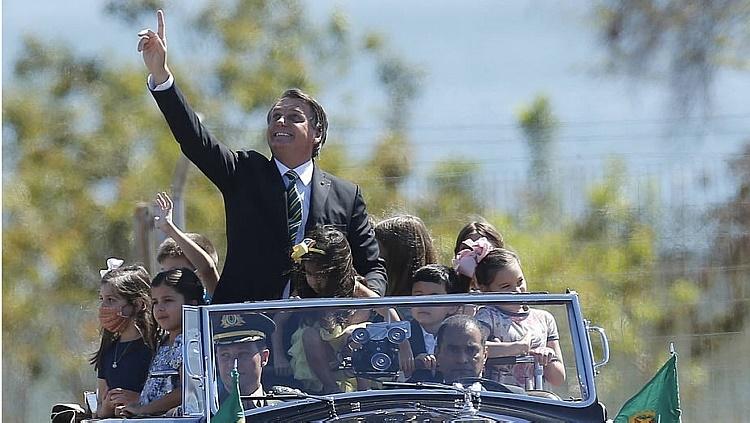 Sem máscara, Bolsonaro dá mau exemplo ao lado de crianças na festa do Dia da Independência