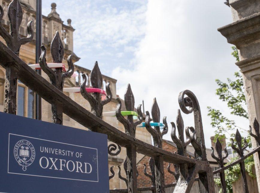 Testes da vacina de Oxford são suspensos por reação adversa a participante