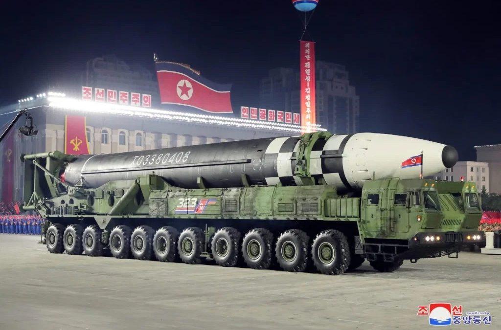 """OPINIÃO – Qual a surpresa? Kim Jong Un faz o que diz! Análises do míssil """"super monstro"""" da Coreia Popular"""