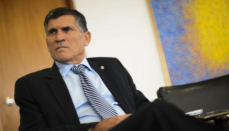 """Santos Cruz classifica governo de Bolsonaro como """"despreparado e boçal"""""""