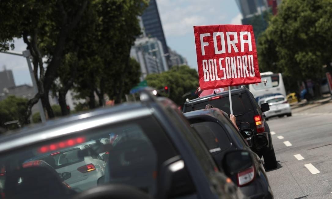 Manifestantes pedem impeachment de Bolsonaro em carreatas nas maiores cidades do país