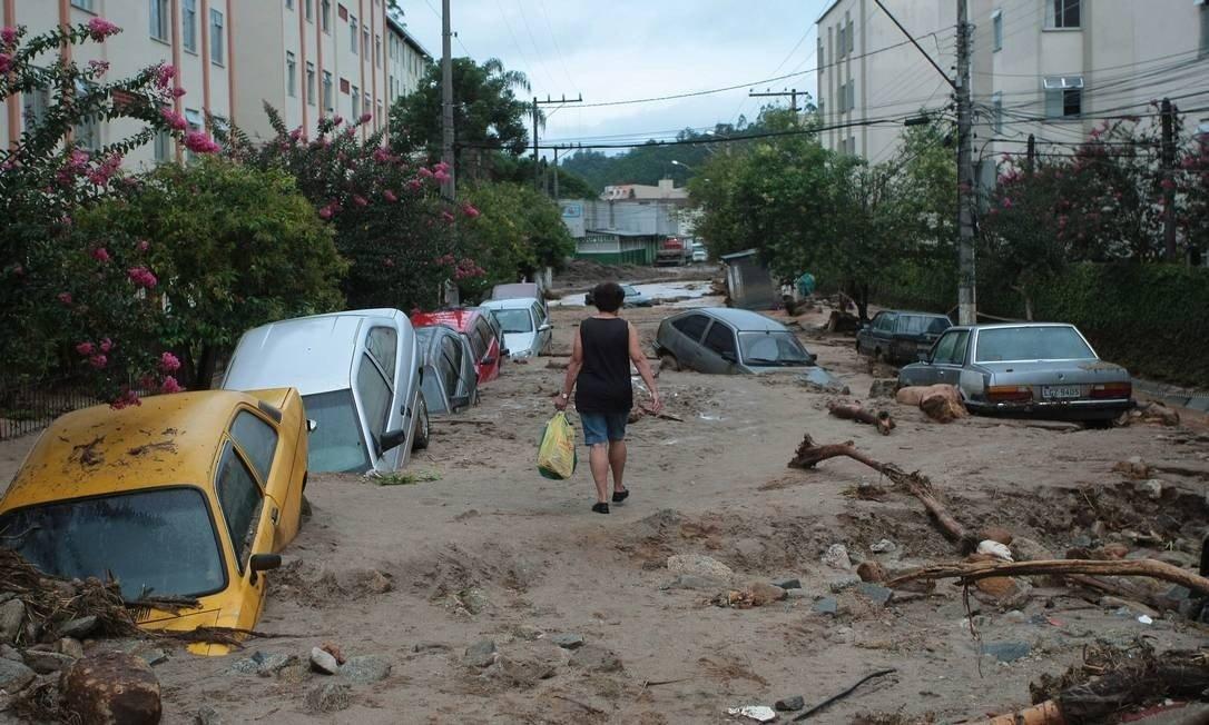 """Nova Friburgo é """"indústria"""" das enchentes e deslizamentos"""