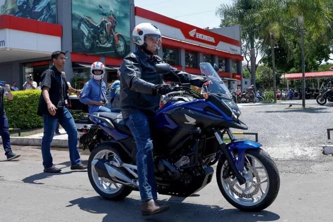 Bolsonaro faz passeio de moto e evita responder sobre queda de popularidade e protestos por impeachment