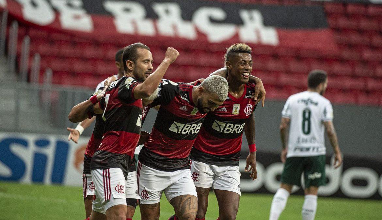 Flamengo vence Palmeiras e segue na luta pelo título