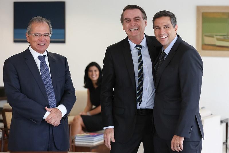 Bolsonaro sanciona texto que dá autonomia ao Banco Central