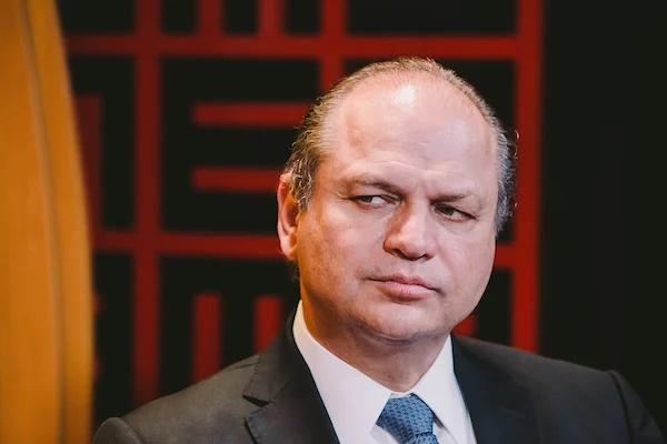 Líder do governo na Câmara diz que pandemia no Brasil 'não é tão crítica'