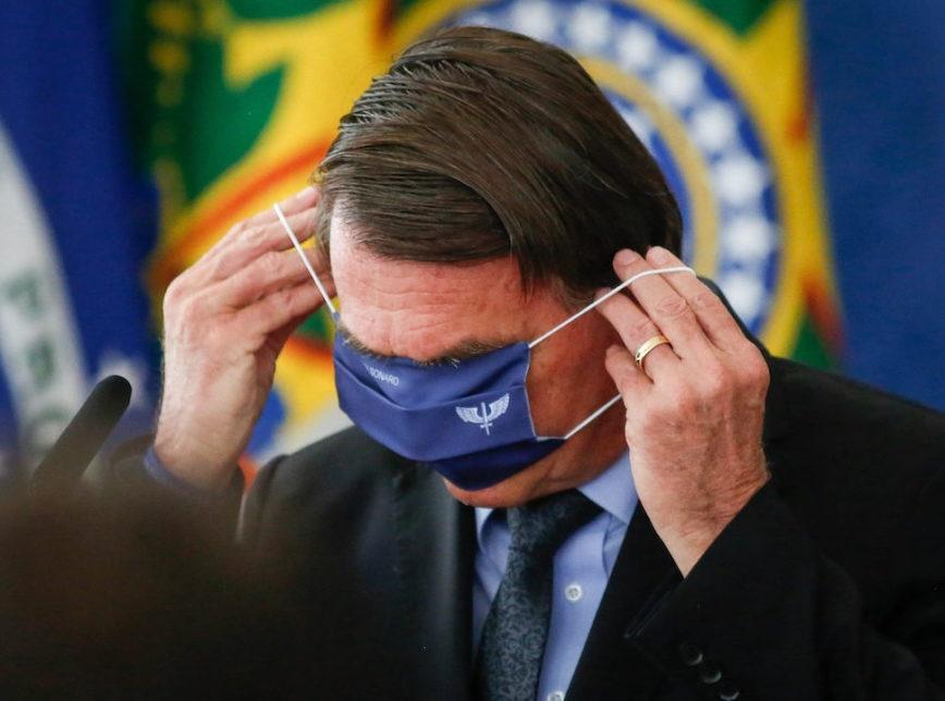 """Jair Bolsonaro anuncia um estudo para dispensar o uso de máscaras, mas era """"fake news"""""""