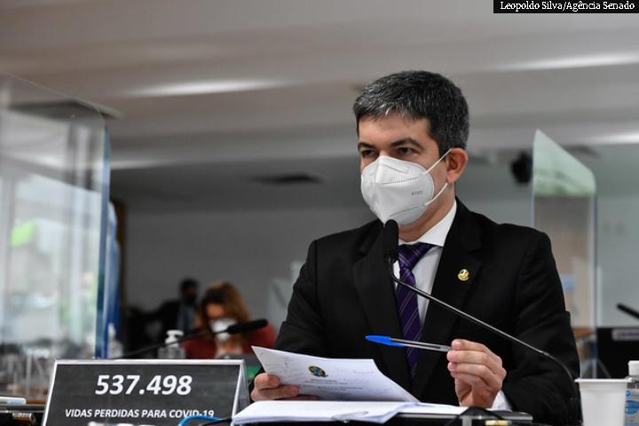 Randolfe ingressa com ação contra Bolsonaro no STF por difamação; Emmanuel Macron condecora o senador com grau de cavaleiro da Legião da Honra