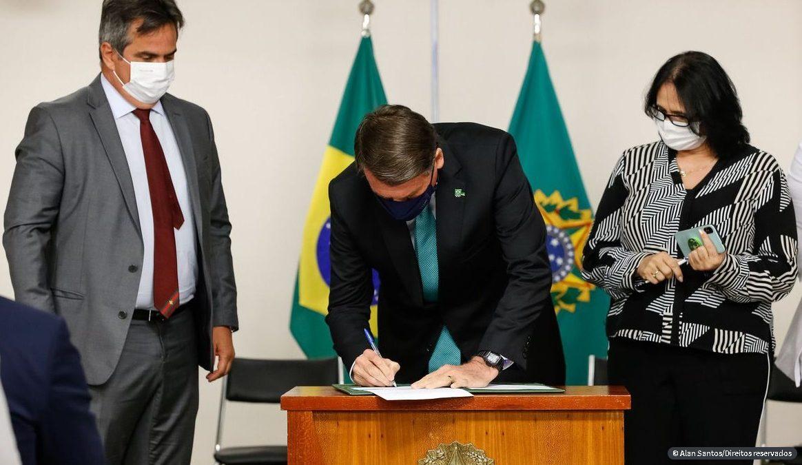Bolsonaro sanciona programa de combate à violência contra a mulher