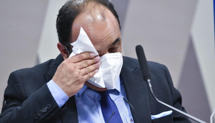Reverendo chora é confrontado sobre proposta de vacinas a municípios