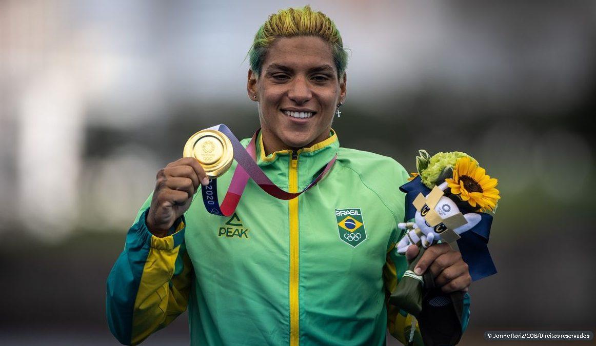 É OURO! Ana Marcela Cunha vence na maratona aquática