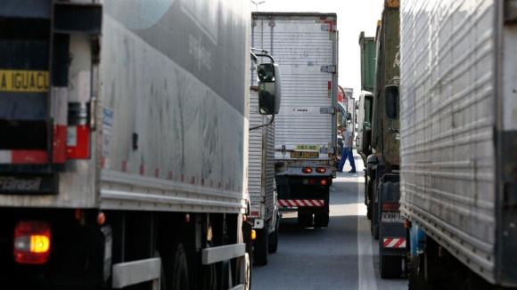 """Caminhoneiros bloqueiam rodovias em 13 estados do país; """"Fechem tudo, não passa mais nada"""", ameaça o caminhoneiro foragido Zé Trovão"""